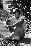 Photo noir et blanc de Steve Mcqueen assis
