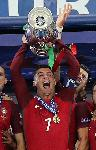 Photo Cristiano Ronaldo levant la coupe d'Europe avec le Portugal
