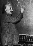Photo Albert Einstein écrivant au tableau