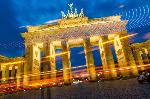 Photo dela porte de Brandenburg éclairée de nuit à Berlin en Allemagne