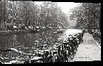 Toiles imprimées Photo noir et blanc vélo sur les quais à Amsterdam