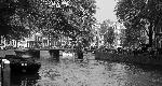 Photo noir et blanc pont sur les quai à Amsterdam