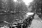Photo noir et blanc vélo sur les quais à Amsterdam