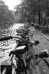 Photo noir et blanc vélo sur les berges à Amsterdam