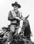 Photo noir et blanc de John Wayne à cheval