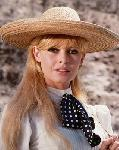 Photo couleur Brigitte Bardot chapeau de paille
