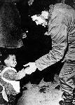 Poster Photo noir et blanc de Ernesto Che Guevara avec un enfant
