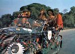 Photo couleur Les gendarmes à St Tropez voiture hippie