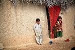 Photo enfant devant leur maison en Afghanistan