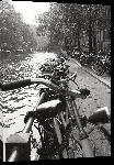 Toiles imprimées Photo noir et blanc vélo sur les berges à Amsterdam