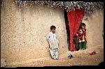 Impression sur aluminium Photo enfant devant leur maison en Afghanistan