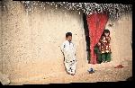 Toiles imprimées Photo enfant devant leur maison en Afghanistan